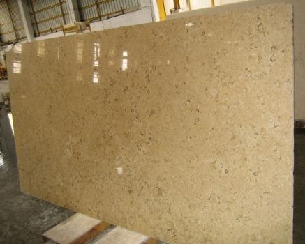 Lieferung geschliffene Unmaßplatten 2 cm aus Natur Kalkstein HALILA WITH FOSSILS - JS5555 J_07067. Detail Bild Fotos
